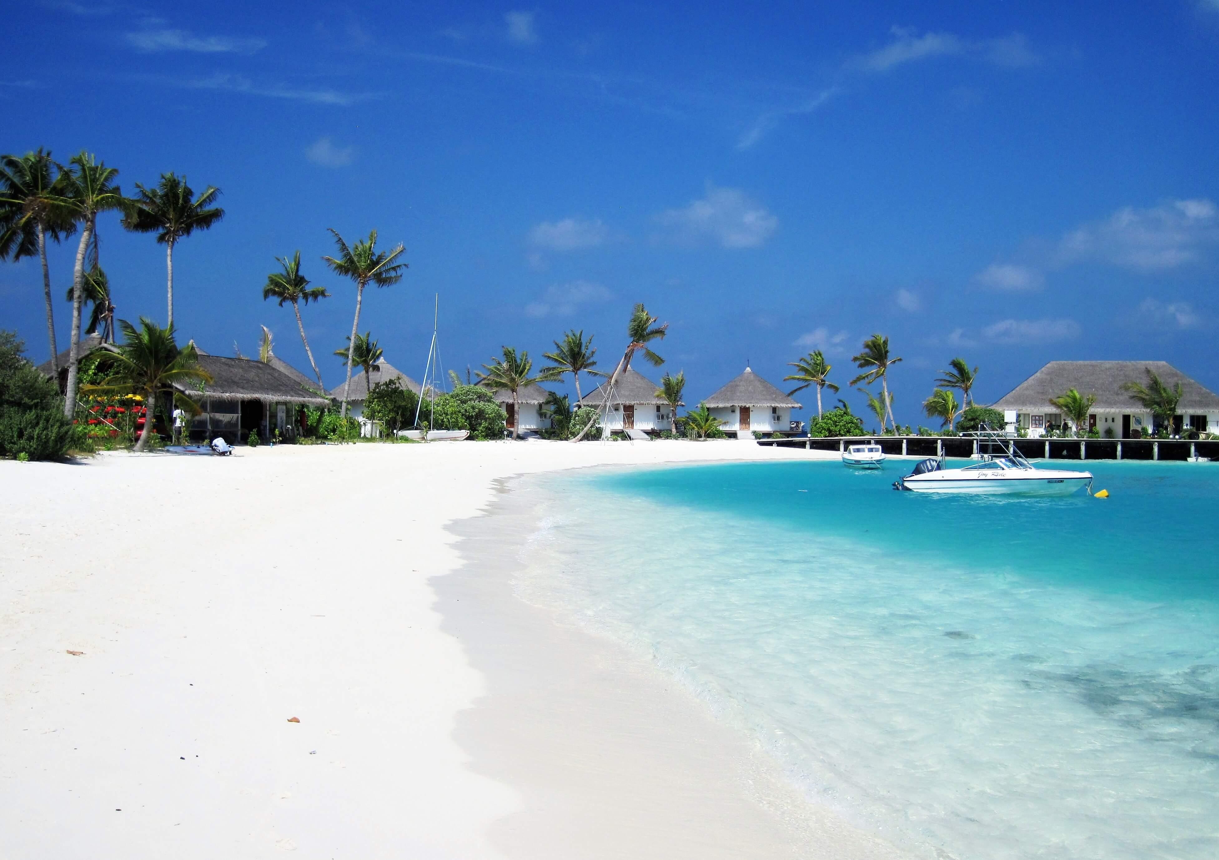Plage de sable blanc de Safari Island Maldives