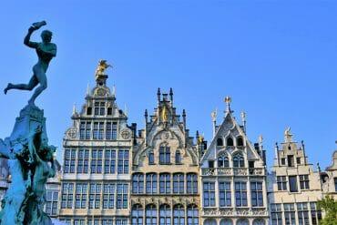 Grand-Place d'Anvers et la statue du romain et la main